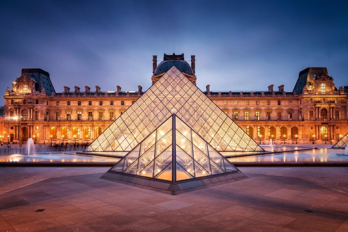 the pyramid of the Louvre 1